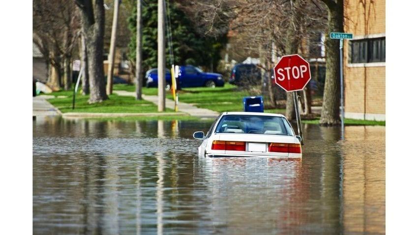 ¿Qué debo hacer si entró agua a mi carro?